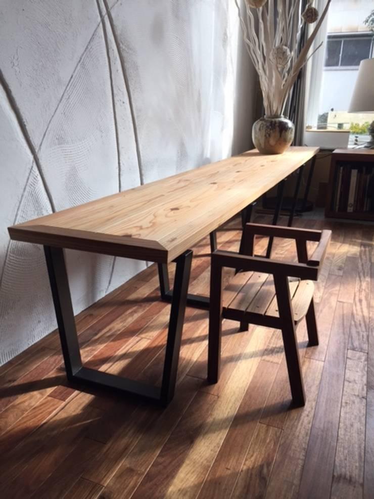 bench and desk: 株式会社KIMURA  bi-Artが手掛けたリビングルームです。