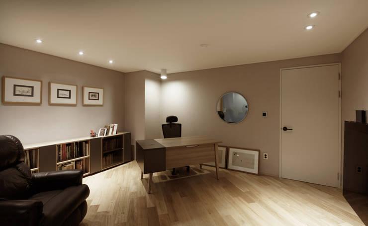 Estudios y oficinas de estilo moderno por Qua.D