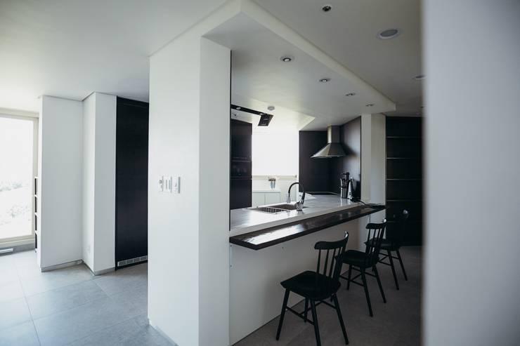 Dining room by 샐러드보울 디자인 스튜디오