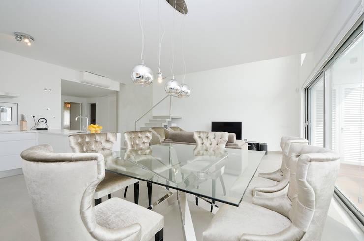 Private Interior Design Project - Albufeira: Sala de jantar  por Simple Taste Interiors