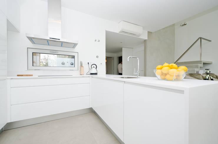 Private Interior Design Project - Albufeira: Cozinha  por Simple Taste Interiors