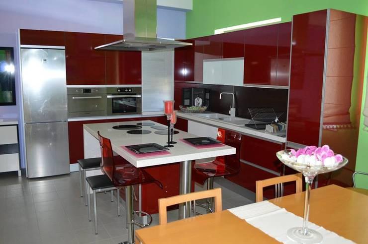 Cozinha em termo-laminado brilhante: Cozinha  por Ansidecor