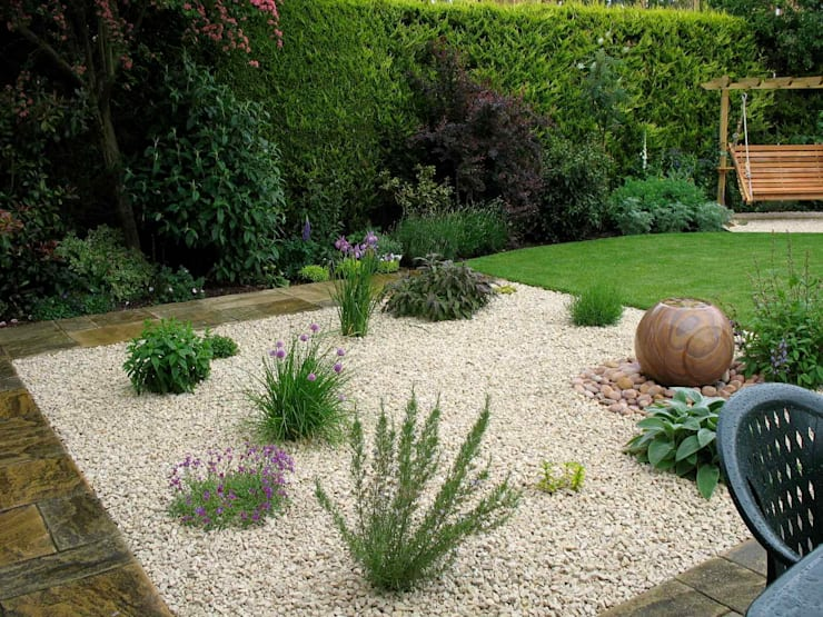 Gravel and water garden area:  Garden by Jane Harries Garden Designs,