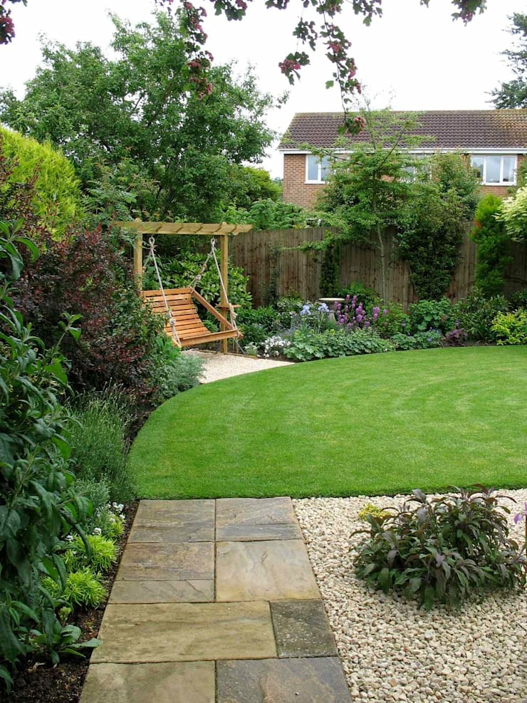 The new lawn and swing seat corner:  Garden by Jane Harries Garden Designs,