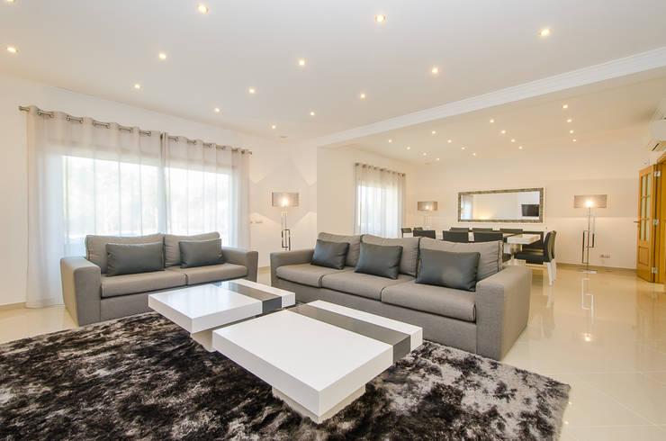 Private Interior Design Project - Vilamoura: Sala de estar  por Simple Taste Interiors