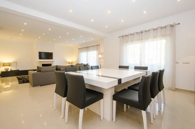 Private Interior Design Project – Vilamoura: Sala de jantar  por Simple Taste Interiors