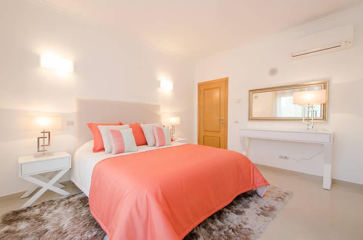 Private Interior Design Project – Vilamoura: Quarto  por Simple Taste Interiors