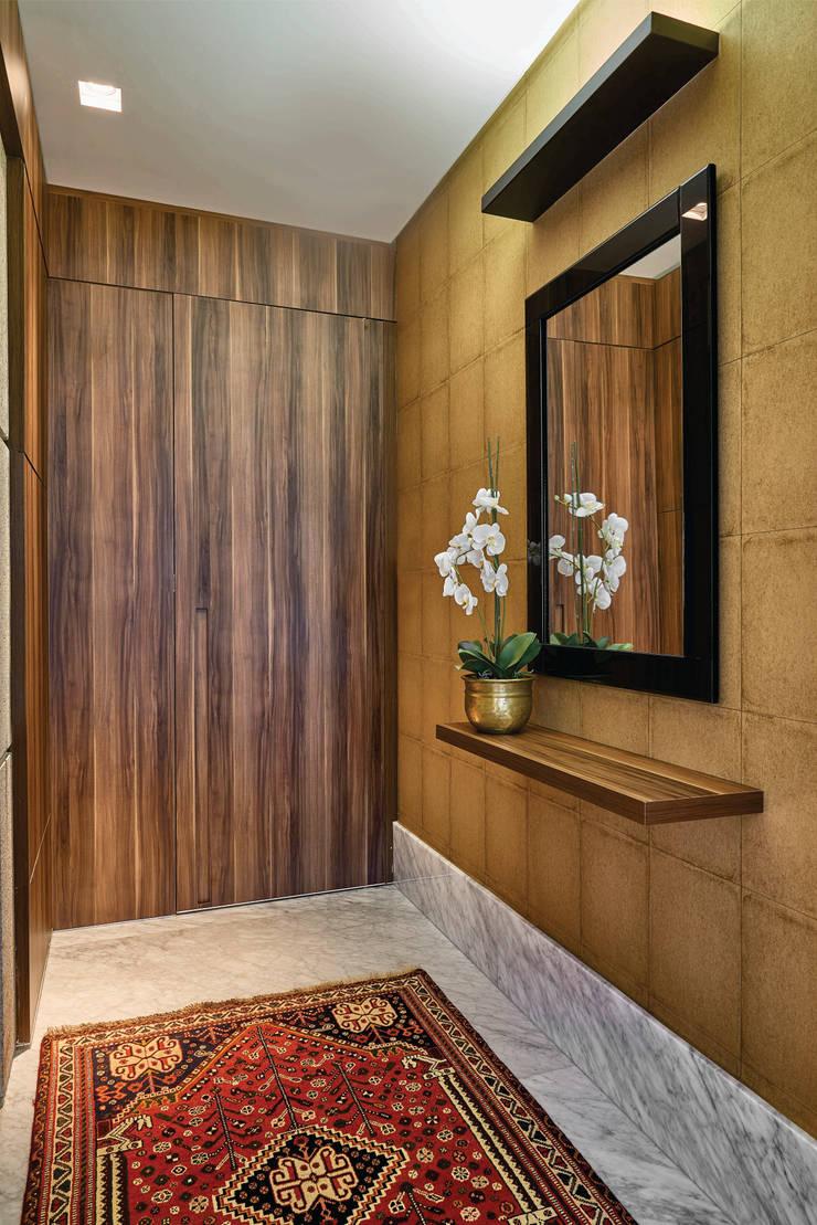 Apartamento .CB: Corredores e halls de entrada  por Amis Arquitetura & Design