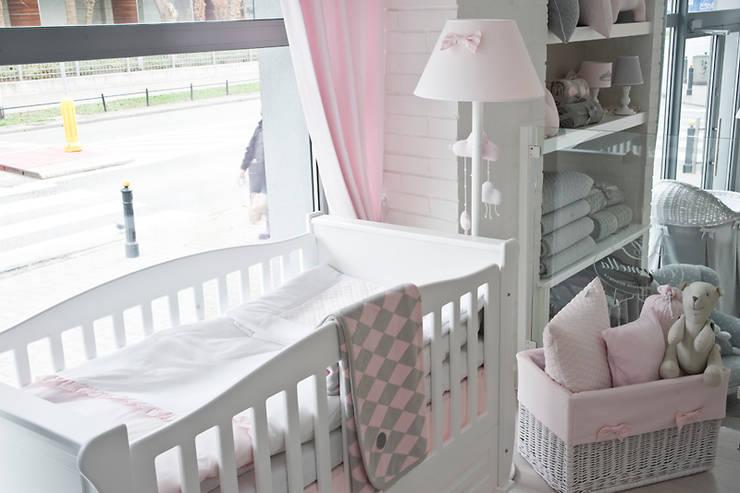 Design for a baby girl age 0-3.: styl , w kategorii Powierzchnie handlowe zaprojektowany przez Caramella