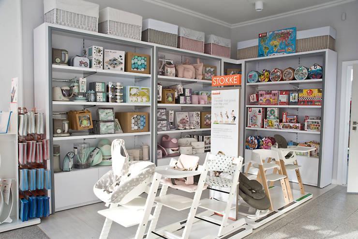 Stokke, Bugaboo, Beaba and many more at our store.: styl , w kategorii Centra wystawowe zaprojektowany przez Caramella