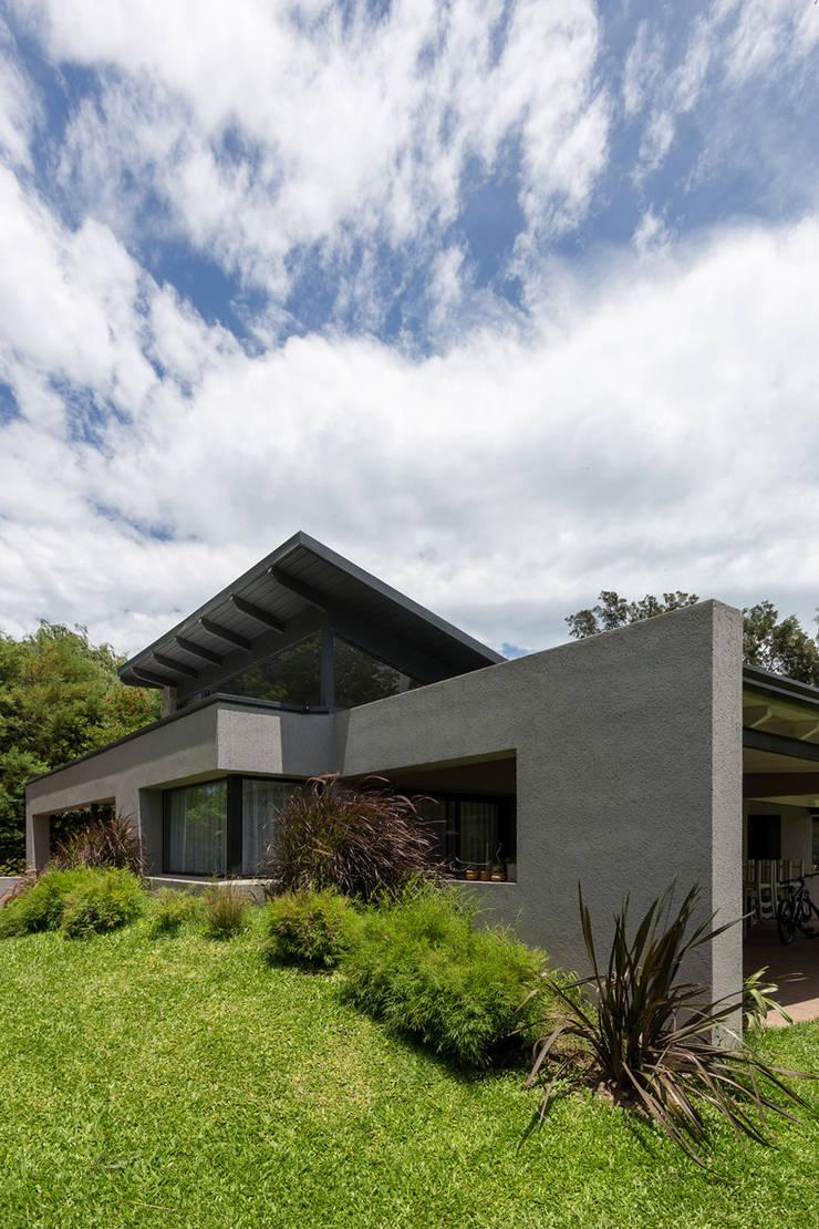 Casa El Paso I: Casas de estilo  por ARRILLAGA&PAROLA