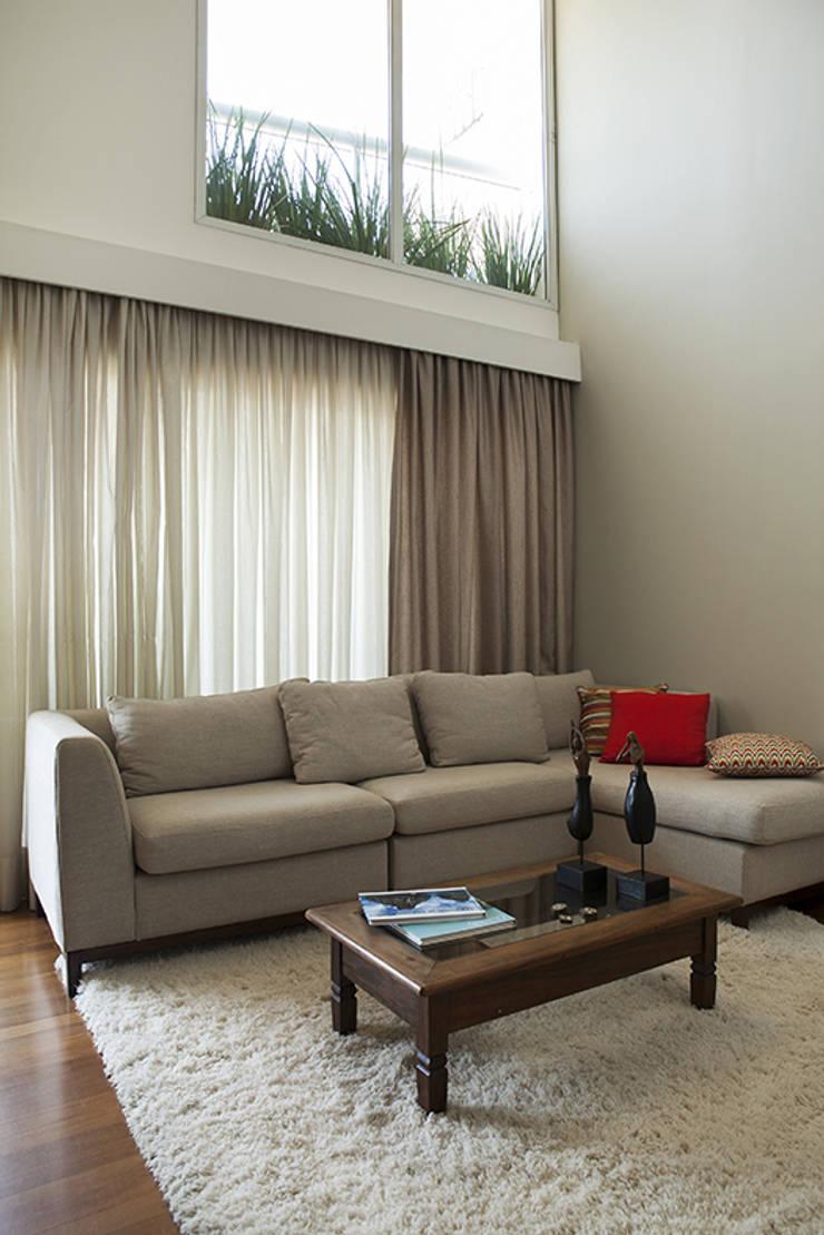 Residencia em Condomínio fechado: Salas de estar  por Lucia Helena Bellini arquitetura e interiores,Moderno