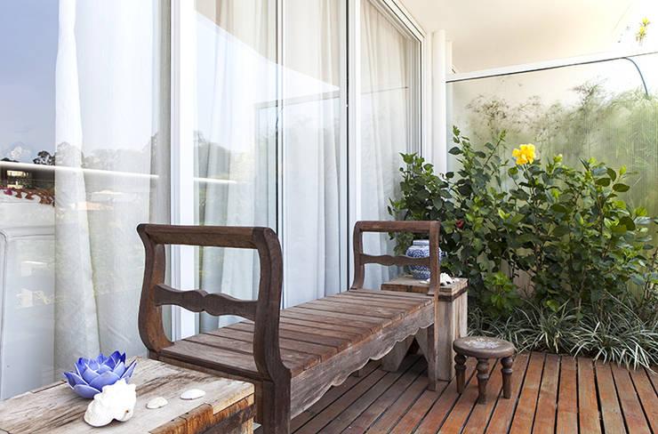 Residencia em Condomínio fechado: Terraços  por Lucia Helena Bellini arquitetura e interiores,Moderno