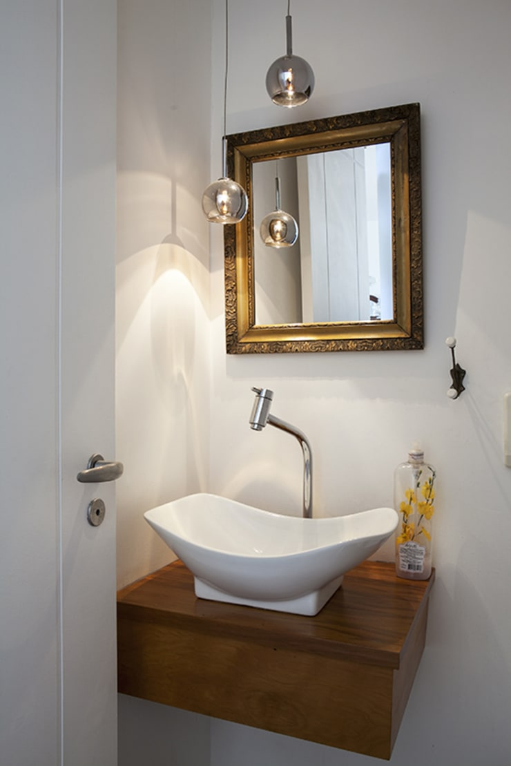 Residencia em Condomínio fechado: Banheiros  por Lucia Helena Bellini arquitetura e interiores,Moderno