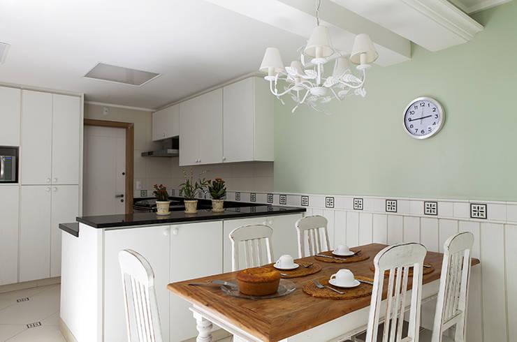 Cocinas de estilo  por Lucia Helena Bellini arquitetura e interiores