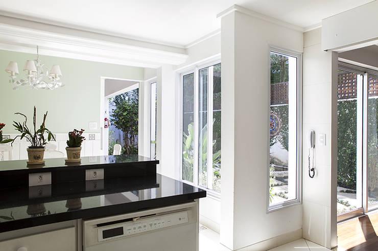 Residencia em Condomínio fechado: Cozinhas  por Lucia Helena Bellini arquitetura e interiores,Moderno