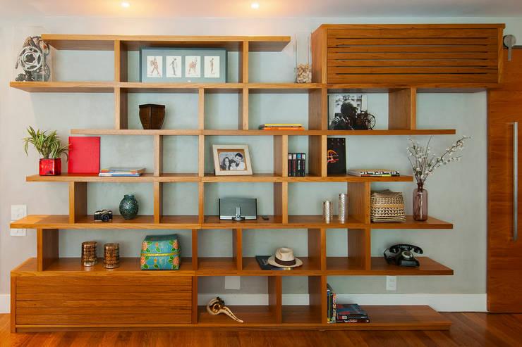 Estante cada coisa em seu lugar: Sala de estar  por Egg. Interiores