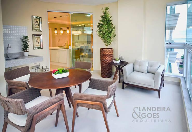 Apartamento Decorado – Itapema/SC: Terraços  por Landeira & Goes Arquitetura,Moderno