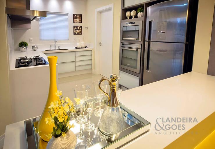 Apartamento Decorado – Itapema/SC: Cozinhas  por Landeira & Goes Arquitetura,Moderno
