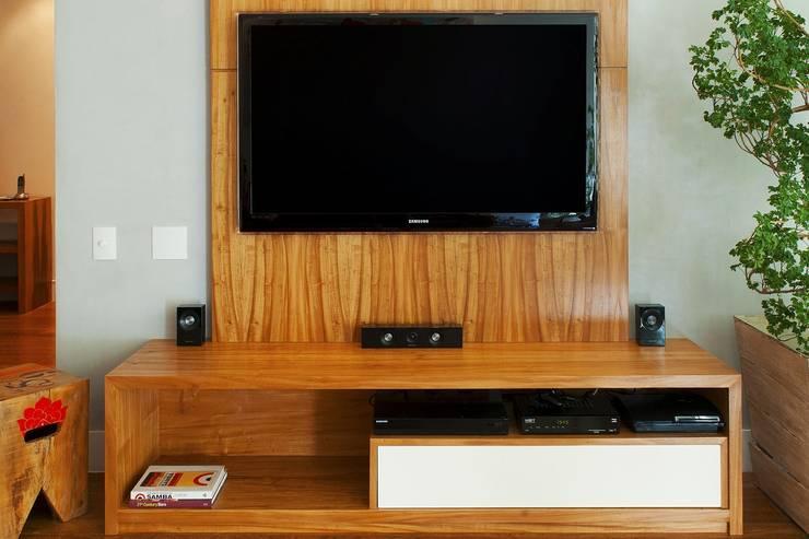 HomeTV: Sala de estar  por Egg. Interiores