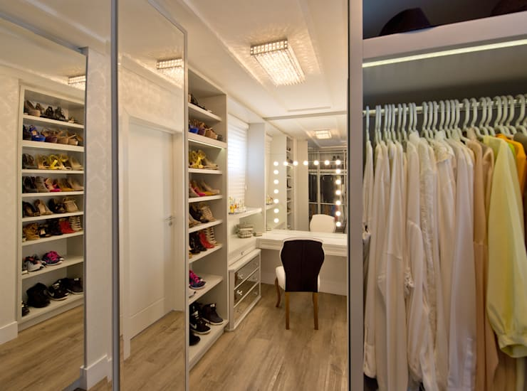 Closet dela: Closets modernos por Espaço do Traço arquitetura