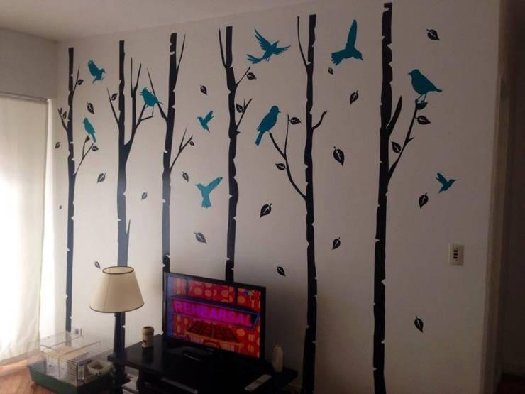 Ramas y troncos con aves: Livings de estilo  por Vinilos Impacto Creativo