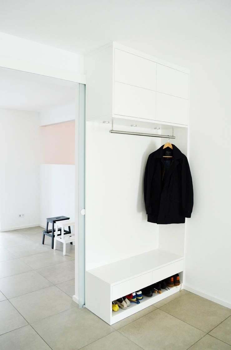 Umgestaltung Wohnraum:  Flur & Diele von HONEYandSPICE innenarchitektur + design,