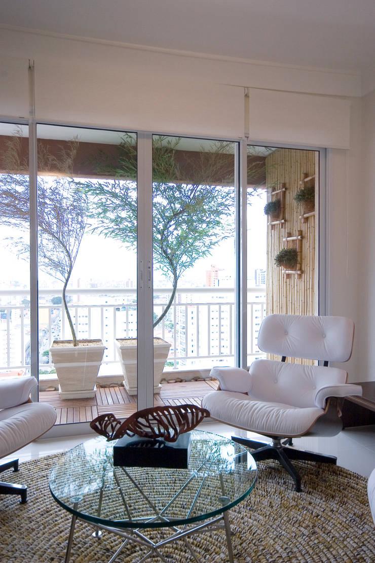 Apartamento para jovem rapaz: Salas de estar  por Lucia Helena Bellini arquitetura e interiores