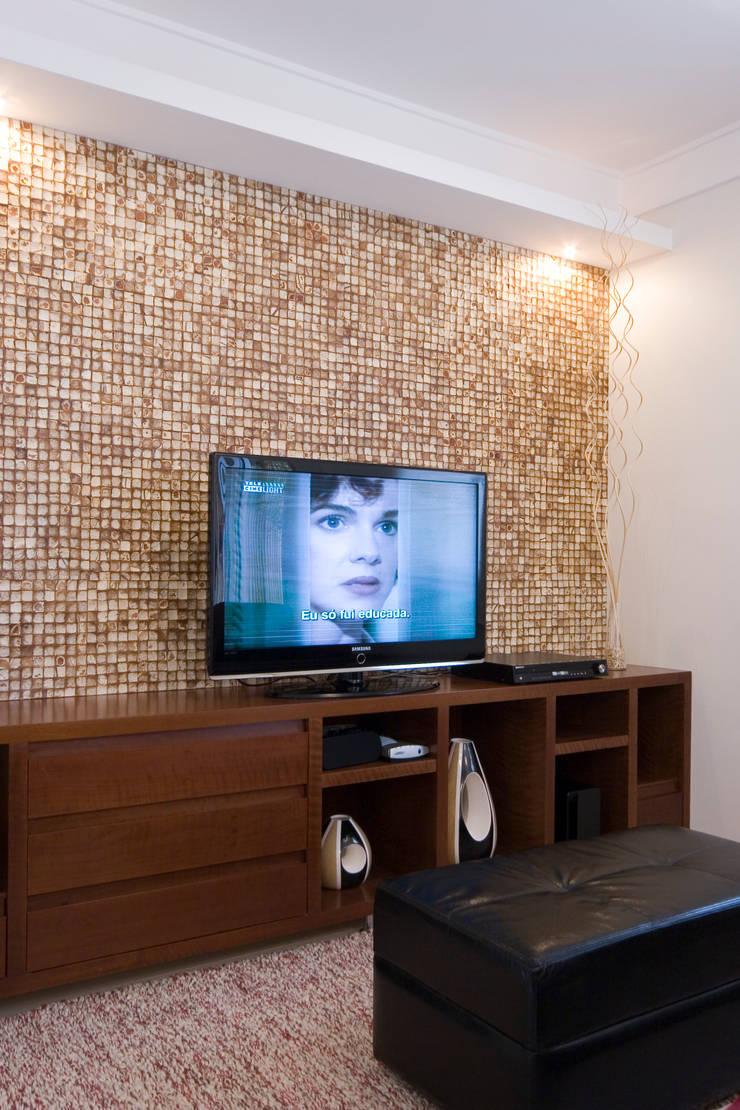 Apartamento para jovem rapaz: Salas multimídia  por Lucia Helena Bellini arquitetura e interiores
