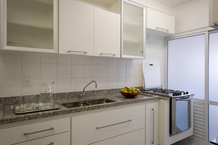 Apartamento para jovem rapaz: Cozinhas  por Lucia Helena Bellini arquitetura e interiores