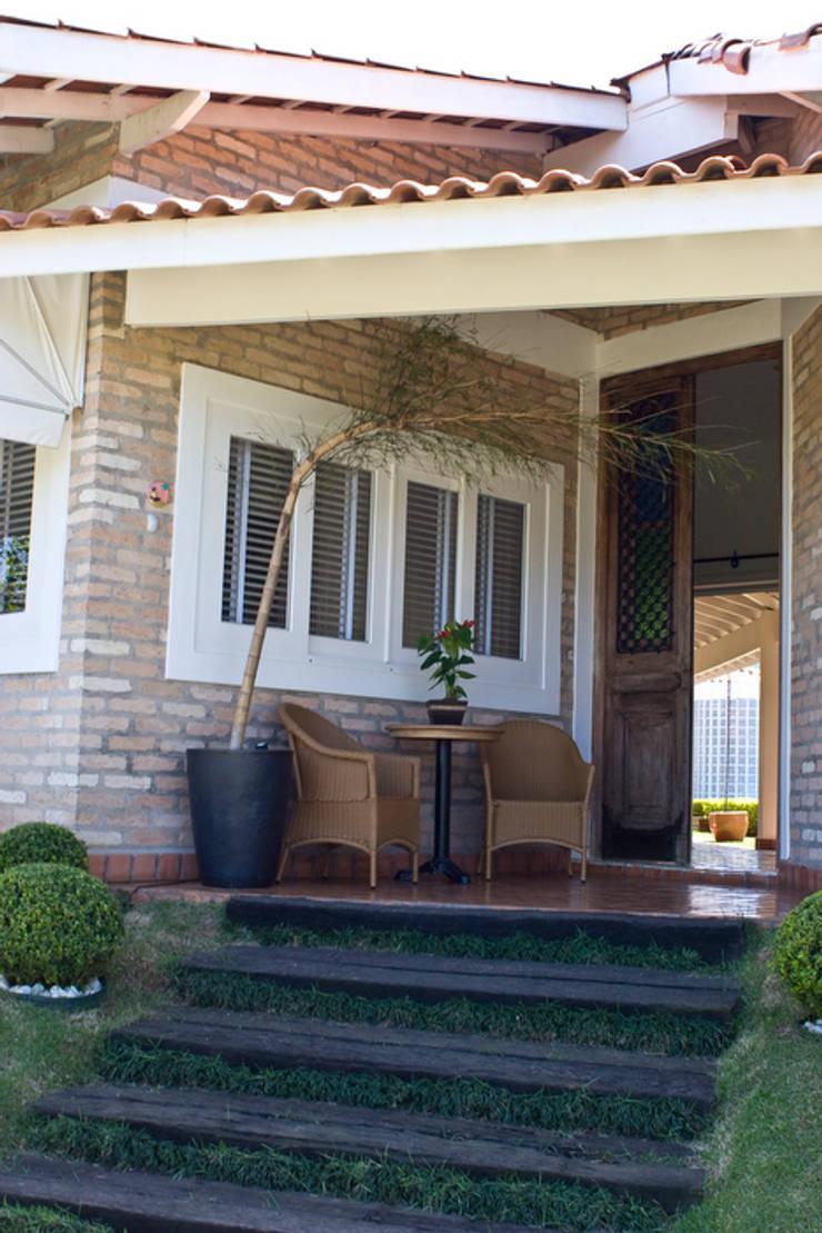 Residencia em Condomínio fechado: Casas  por Lucia Helena Bellini arquitetura e interiores,