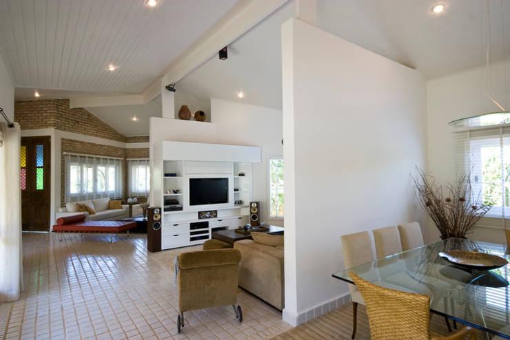 Residencia em Condomínio fechado: Salas multimídia  por Lucia Helena Bellini arquitetura e interiores,