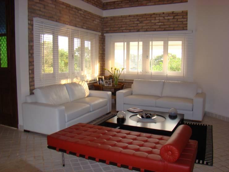 Residencia em Condomínio fechado: Salas de estar  por Lucia Helena Bellini arquitetura e interiores,