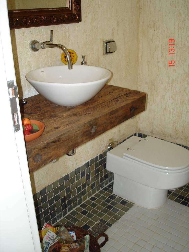 Residencia em Condomínio fechado: Banheiros  por Lucia Helena Bellini arquitetura e interiores,