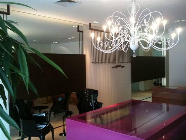 loja: Salas de estar modernas por Lucia Helena Bellini arquitetura e interiores