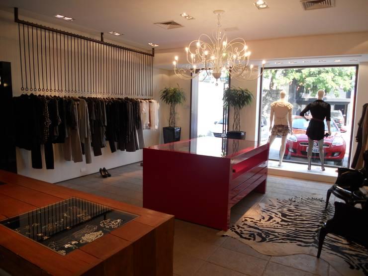entrada da loja: Salas de estar modernas por Lucia Helena Bellini arquitetura e interiores