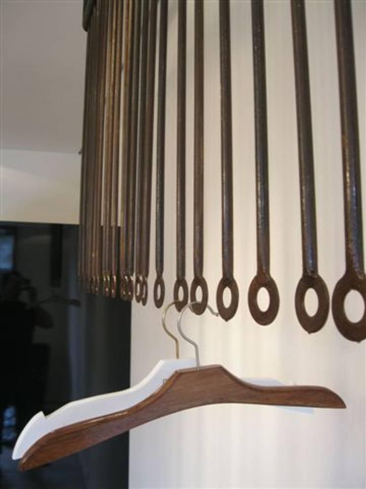 Loja roupas femininas-alfaiataria: Salas de estar modernas por Lucia Helena Bellini arquitetura e interiores