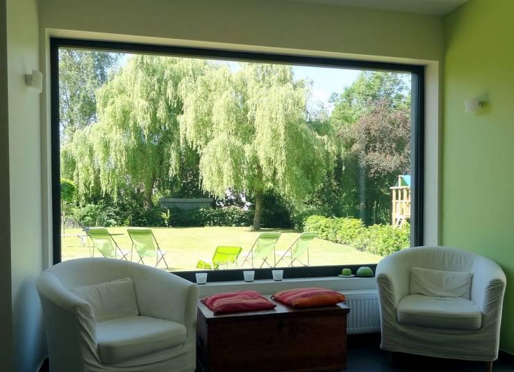 Maison  basse énergie à Wavre: Salon de style  par Bureau d'Architectes Desmedt Purnelle