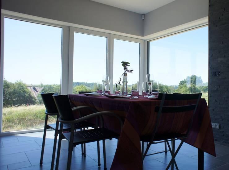 Maison passive à Durnal: Salle à manger de style de style Moderne par Bureau d'Architectes Desmedt Purnelle