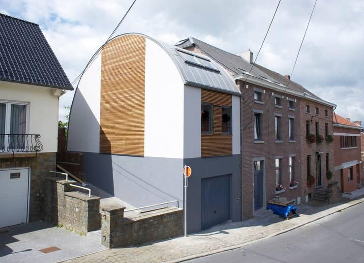 Extension tout en courbe à Sombreffe: Maisons de style  par Bureau d'Architectes Desmedt Purnelle