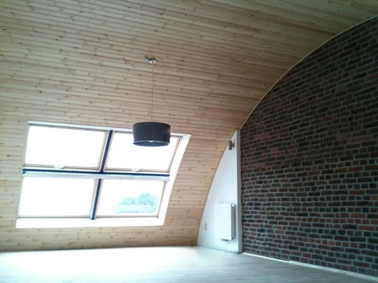 Extension tout en courbe à Sombreffe: Chambre de style  par Bureau d'Architectes Desmedt Purnelle