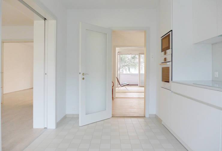 UMBAU UND RENOVATION MEHRFAMILIENHAUS IN BASEL:  Küche von Forsberg Architekten AG