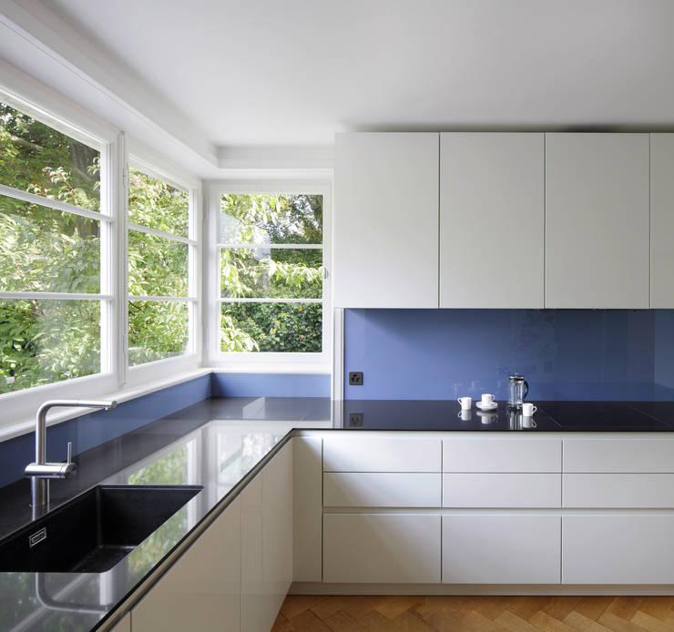 UMBAU UND RENOVATION MEHRFAMILIENHAUS IN RIEHEN:  Küche von Forsberg Architekten AG