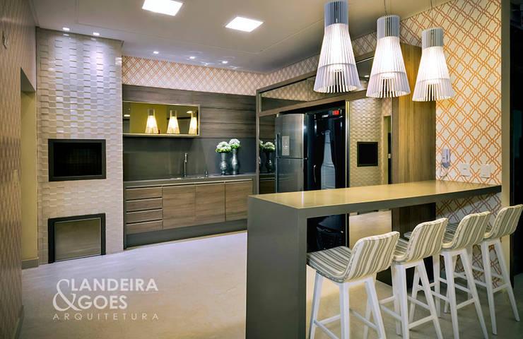 Kitchen by Landeira & Goes Arquitetura,