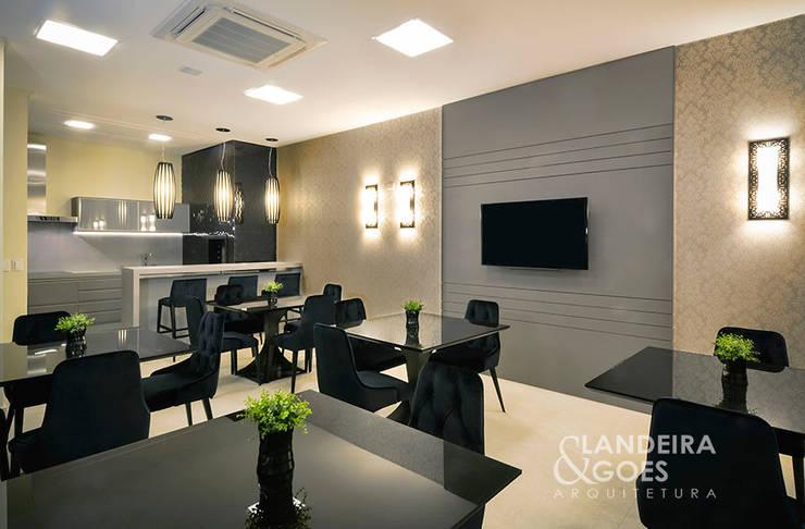 Living room by Landeira & Goes Arquitetura,