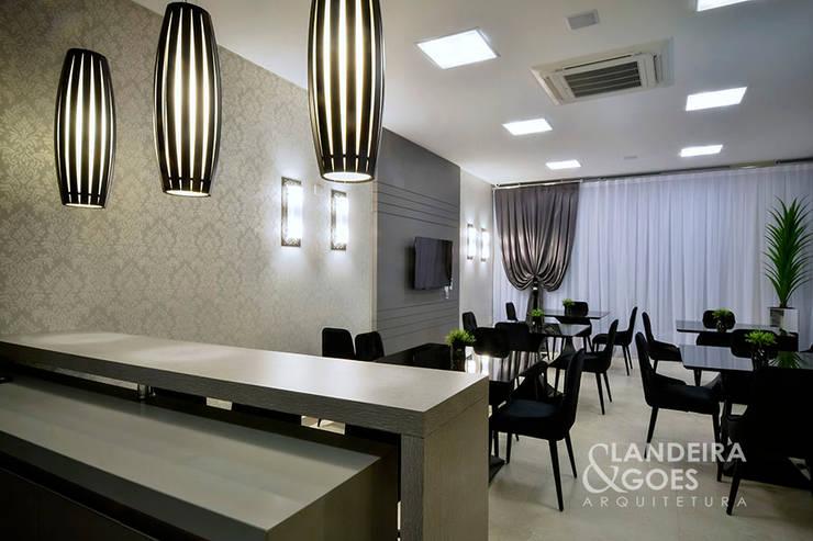 Salon de style  par Landeira & Goes Arquitetura,