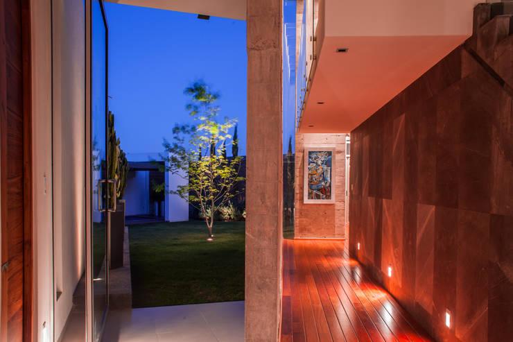PASILLO: Pasillos y recibidores de estilo  por GRUPO VOLTA