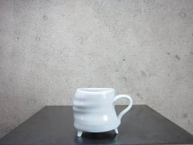 青白磁三つ足cup: studio詩器が手掛けたアートです。