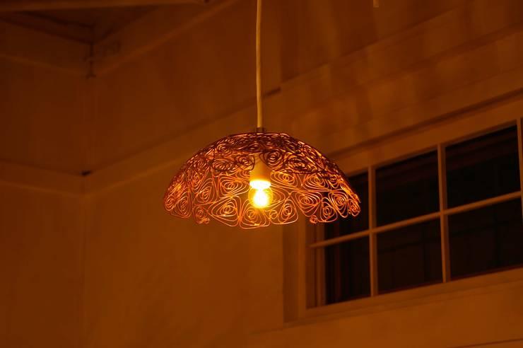 工房dada 照明: 工房dadaが手掛けたリビングルームです。