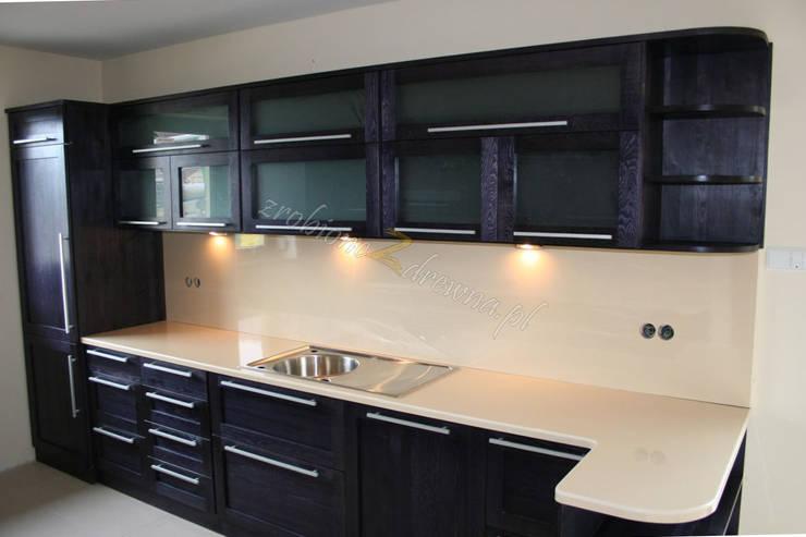 Kuchnia w czerni: styl , w kategorii Kuchnia zaprojektowany przez Made of Wood Group